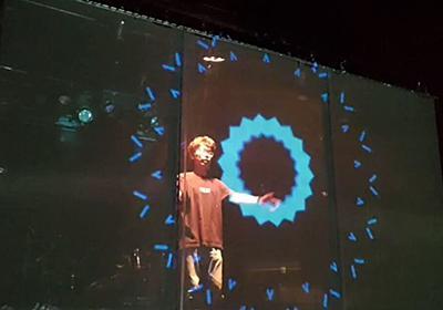 飛沫防止のため、ライブハウスではアーティストと観客の間にアクリル板を設置→それを逆手に取った演出方法がかっこいい!「ATフィールド」「今後主流な表現になる」 - Togetter