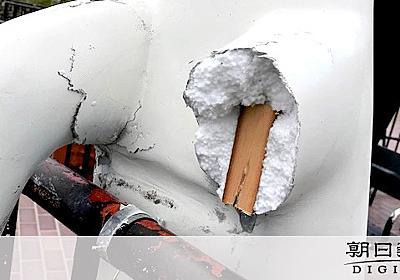 折られ蹴られ…屋外作品壊される 神戸の現代アート展:朝日新聞デジタル