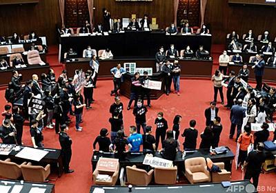 台湾議会で豚の内臓飛び交う、米国産豚肉の輸入解禁に野党反発 写真5枚 国際ニュース:AFPBB News