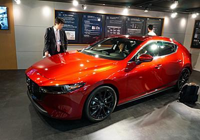 新型「Mazda3」の展示と技術解説を行なうマツダブース