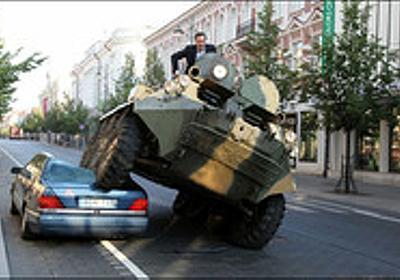 痛いニュース(ノ∀`) : リトアニアの市長が違法駐車にブチギレ→装甲車でベンツを踏みつぶす - ライブドアブログ