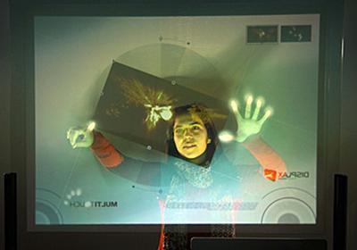 貼るだけでどんな平面でもマルチタッチスクリーンにしてしまうフィルムが開発中 - GIGAZINE