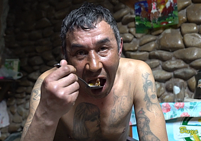 ネット騒然「ヤバいやつらのヤバい飯」番組、第2弾。ロシアのカルト教団や少年難民に密着