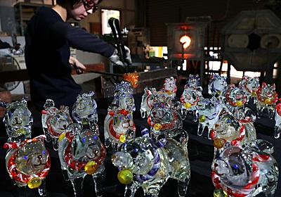 えと置物:廃ガラスが「戌」に変身 愛知・岡崎の工房 - 毎日新聞