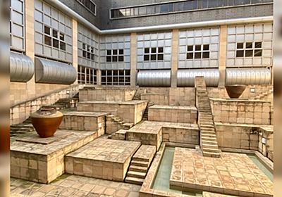 国立民族学博物館の中庭が騙し絵ダンジョンっぽくて素敵「タクティクスオウガみ」→これが好きなら、兵庫県立美術館の階段も好きなはず - Togetter