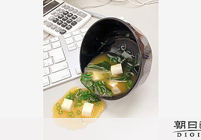 こぼれたみそ汁で支えるスマホ 食品サンプル、ユニーク小物に活路:朝日新聞デジタル