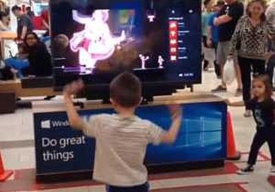 ショッピングモールのテレビ画面に映るダンサーを完全コピーして踊る少年がスゴイ!! | コモンポストムービー