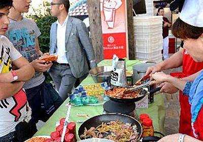 ナポリ市民に『ナポリタン』を食べてもらうイベントにて「ケチャップはアメリカの調味料だぞ喧嘩売ってんのか」などと言っていたイタリア人の変化をご覧ください - Togetter