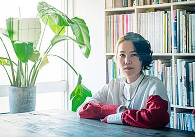 「ひとり」と目が合う本をつくる。『文藝』など手掛けるブックデザイナー・佐藤亜沙美さん - はたらく気分を転換させる|女性の深呼吸マガジン「りっすん」