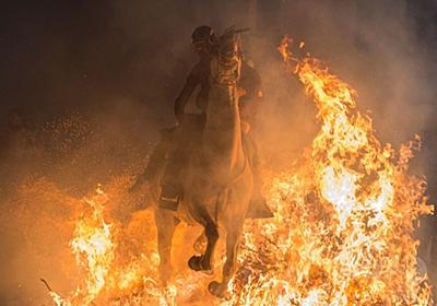 人馬一体で勇壮に炎を飛び越える祭り「ルミナリアス」 スペイン  写真12枚 国際ニュース:AFPBB News