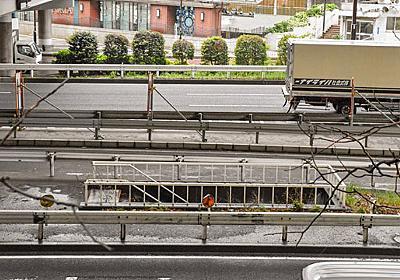 横浜駅東口の道路上に孤立している誰も使わない階段があった - デイリーポータルZ