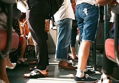 スピーカーをかかえて地下鉄に乗り込んだ男性、大音量で音楽がダダ漏れ。だが皆が笑顔で大合唱(アメリカ) : カラパイア
