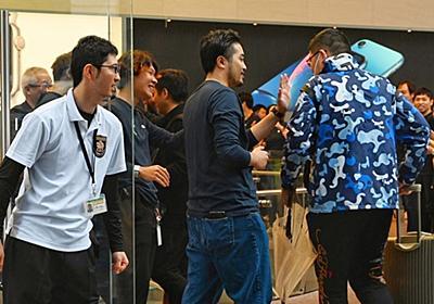 iPhone XSシリーズ発売開始--Apple Store表参道で恒例のハイタッチ - CNET Japan