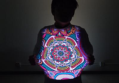 東京大学、Tシャツみたいに動かすと複雑に変形する物体へ追跡しながらカラー映像を投影する新たなプロジェクションマッピング技術を発表 | Seamless