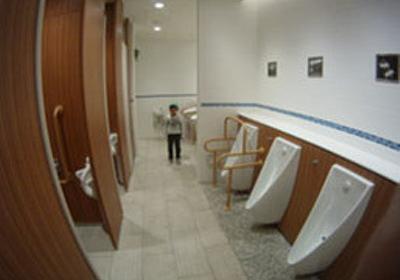 痛いニュース(ノ∀`) : トイレで濡れたトイレットペーパーを隣の個室に投げ込んだ小2男児を引っ張りだしてビンタしたトラック運転手(43)を逮捕 鈴鹿市 - ライブドアブログ