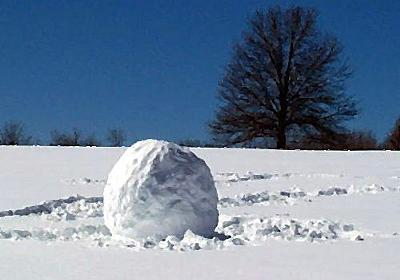 アメリカの学生「雪がすごいので、雪だるまを作ってみた!」→転がって巨大化、建物を破壊する:らばQ