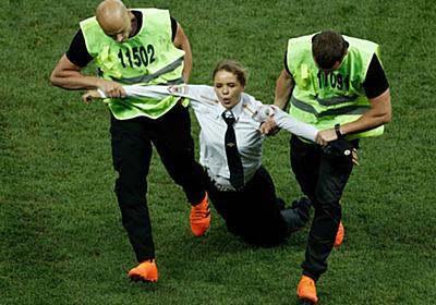 ワールドカップ決勝に乱入したプッシー・ライオットとは? 「黒幕」のインタビューから迫る