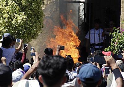 FacebookとWhatsAppのフェイクニュースを信じた群衆によって無実の2人がリンチのすえ火あぶりに - GIGAZINE