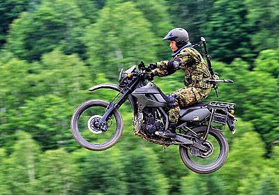 自衛隊や米軍も重用する「カワサキ」とは? 米軍はディーゼル仕様も 二輪ならではの戦術 | 乗りものニュース