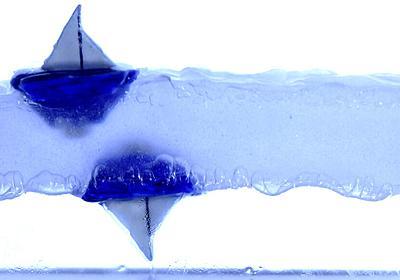 液体を振動によって宙に浮かせ、ヨットを「逆さまに浮かべる」ことができる。まるで反重力のような光景 | ナゾロジー