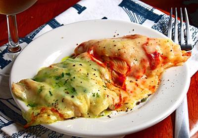 温めたサラダチキンがしっとりウマい。ワインぐびぐび「ピザ風チキン」目分量レシピ【ヤスナリオ】 - メシ通 | ホットペッパーグルメ