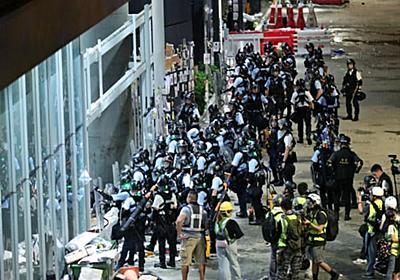 香港、デモ隊が議場突入 警官隊が強制排除  :日本経済新聞