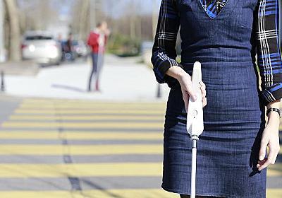 視覚障害を持つエンジニアが開発したスマホ連動のスマート白杖「WeWalk」が視覚障害者の世界を変える? | BUZZAP!(バザップ!)