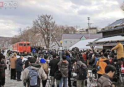 列車ラストラン、陰で支えたバス 鉄道へ、バスから「粋なはからい」も | 乗りものニュース