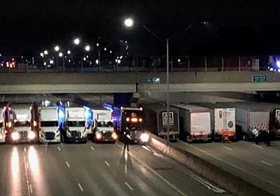CNN.co.jp : 飛び降り自殺図ろうとした男性、大型トラック13台が並んで阻止 - (1/2)