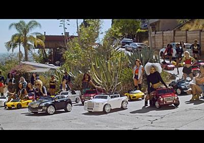 撮影現場に来ないアーティストに監督がマジギレして制作した愚痴満載の爆笑 MV – NEWREEL