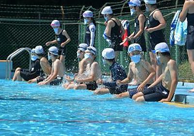 【茨城新聞】マスク着け水泳学習 日立・坂本小 2年ぶり、プール楽しむ