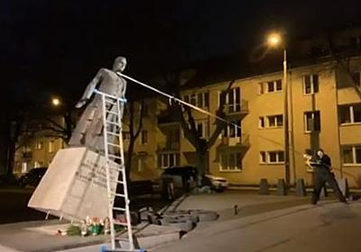 カトリックの性的虐待問題に抗議し、ポーランドにある神父の像が引き倒される   Switch news