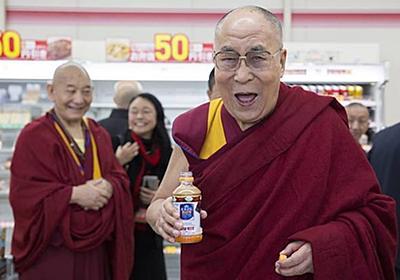 ダライ・ラマ法王、日本で必ず飲むのは「紅茶花伝」 コンビニで手に取りご満悦
