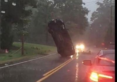 車がひっくり返されて「直立」。 何が起きた?【画像】