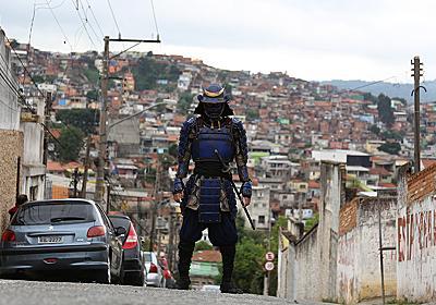 やばい!ブラジルのストリートの少年に足技の勝負を挑むイケメン侍   BUZZmag