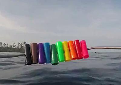 赤色は水中では頼れない...10色のパイプを海に沈めることで生じる視覚変化を捉えた動画が面白い「シャア専用ズゴックは理にかなっていた」 - Togetter