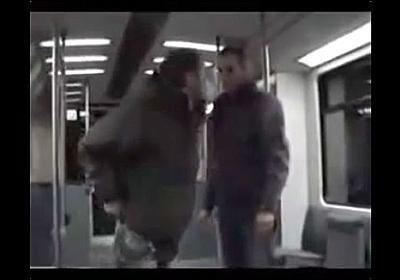 電車内で暴れる男を暴力を使わず一発で撃退している動画 - DNA