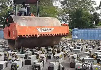 マレーシア警察、押収した1069台のビットコイン採掘PCを大型車両で破壊 - Engadget 日本版