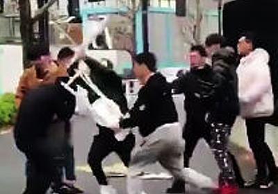【暴力事件発生】人気ブランドSupreme渋谷店の行列で集団暴行 武器持った中国人客がシュプリーム店員を集団リンチ(動画あり) | 保守速報