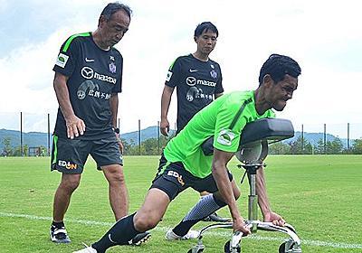 J1首位・広島をお尻から支える池田誠剛コーチと「座らない椅子」。 - Jリーグ - Number Web - ナンバー