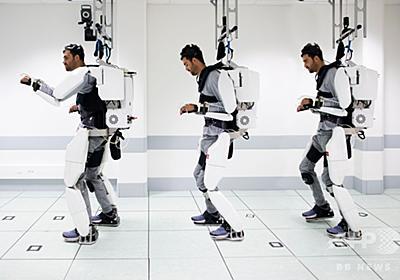 四肢まひの男性、脳信号で制御するパワードスーツで歩行 研究 写真15枚 国際ニュース:AFPBB News