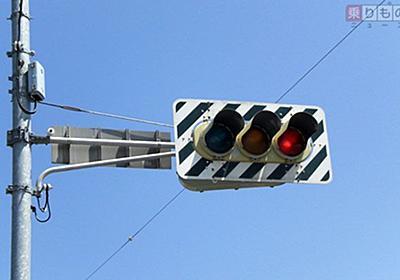 20世紀の遺物? 「ゼブラ板」がついた信号機がいまもあるワケ | 乗りものニュース