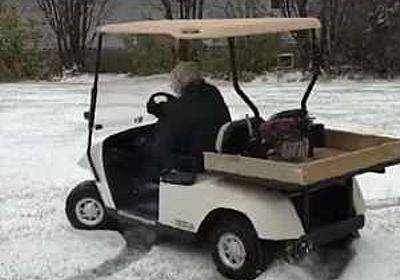 ゴルフカートでドリフトしまくる91歳のおばあちゃんがスゴイ!! | コモンポストムービー