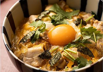 【プロ直伝】親子丼の作り方。とろ〜り仕上げるコツは卵を混ぜないこと! | 三越伊勢丹の食メディア | FOODIE(フーディー)