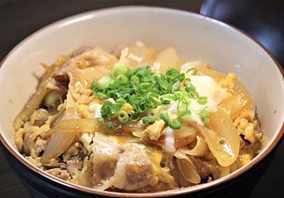 【簡単】手早く作れて片付けも楽!卵でフワッと包んだ豚とじ丼のレシピ - ヒサログ