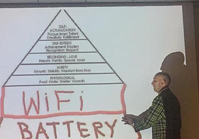 『マズローの五段階欲求の下にWi-Fiとバッテリーがあるらしい』現代的すぎて一見ギャグだが納得する人も「ある意味現代真理」 - Togetter