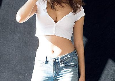 久松郁実、美バストのぞく圧倒的存在感 SEXYが溢れ出る - モデルプレス