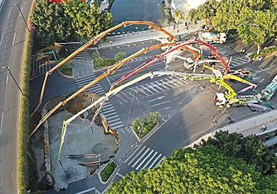 [B! 中国] 広州で道路陥没 当局、落下した3人助け出さずセメント注入
