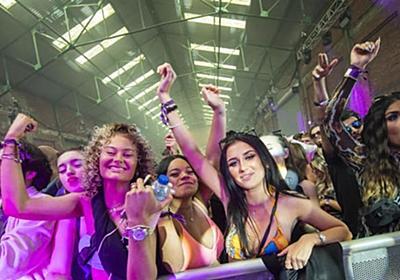 英「密でダンス」陰性3千人実験 安全性調べる政府の試み   共同通信
