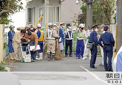 東京・調布で道路陥没、3メートルの穴 現場で地下工事:朝日新聞デジタル